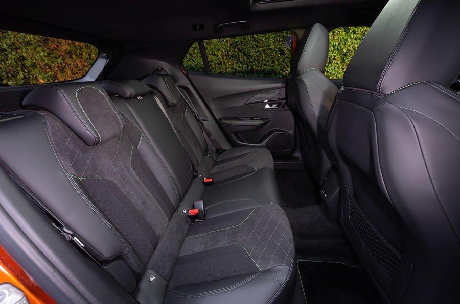 Khoang ghế sau xe